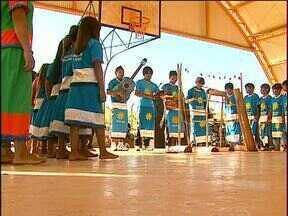 Alunos visitam aldeias em comemoração ao dia do Índio - Nas aldeias de Diamante D'Oeste, vivem aproximadamente 500 índios.