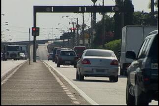 Radares começam a multar em Suzano - Quatro equipamentos já começaram a funcionar em Suzano. Os motoristas que não respeitam os limites de velocidade podem ser multados. Três radares estão localizados em uma mesma rua e geram reclamações.