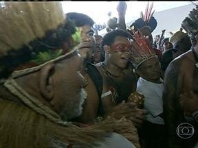 Cerca de 400 índios tentam invadir o Palácio do Planalto - O grupo quer uma audiência com a presidente Dilma Roussef para protestar contra o projeto que transfere para o Congresso o poder de demarcar terras indígenas. Mas ela está na capital do Peru, Lima, e os indíos acabaram deixando o local.