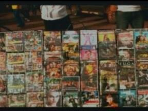 Polícia do DF prende dez pessoas acusadas de pirataria em Ceilândia - um dos detidos é adolescente. Os ambulantes pagaram fiança e foram liberados. Cinco vendedores conseguiram fugir.