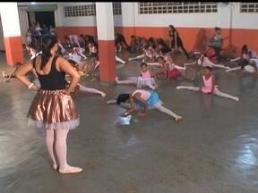 Parceiros do DF mostram projeto de balé gratuito em igreja de Brazlândia - Todas as sextas-feiras, o local que normalmente recebe cultos, dá lugar as aulas de balé. O projeto social funciona dentro de uma igreja do setor Veredas e atende crianças da região.