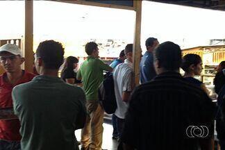 Passageiros desrespeitam embarque prioritário do transporte coletivo, em Goiânia - Equipe de reportagem da TV Anhanguera embarca em uma viagem de ônibus para mostrar porque os passageiros invadem o espaço de embarque especial. Veja ainda o sofrimento de quem, de fato, deveria ter prioridade na hora de entrar nos ônibus.