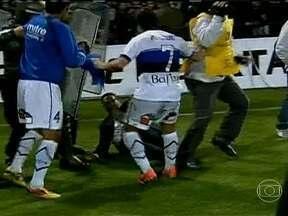 Grêmio se classifica na Libertadores em partida dramática contra o Huachipato - Partida ainda viu o treinador Vanderlei Luxemburgo ser agredido ao final do confronto.