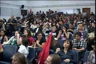 Grupo faz o terceiro protesto em menos de dez dias contra o aumento das passagens - Depois de bloquear a Avenida Brasil os manifestantes interromperam a sessão da câmara de vereadores