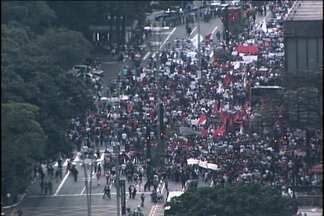 Professores e profissionais da saúde protestam por reajuste salarial na Av. Paulista - Os profissionais bloquearam a Avenida Paulista nos dois sentidos, hoje à tarde. Eles se concentraram em frente ao Masp. Segundo a Polícia Militar, dez mil pessoas participam da manifestação.