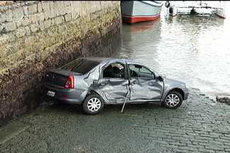 Motorista perde controle e veículo cai no Rio Anil - Uma cena inusitada quase parou o trânsito na tarde desta sexta (19), no Centro: um carro despencou da Avenida Beira Mar.