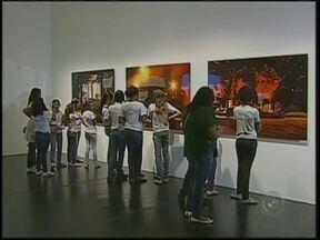 Obras da Bienal de SP chegam a Bauru, SP - A exposição itinerante da Bienal de São Paulo chegou a Bauru e expõe trabalhos de arte moderna. É um exercício de observação e imaginário. Vários artistas, entre eles, alguns estrangeiros estão com trabalhos expostos no Sesc.