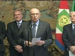 Giorgio Napolitano é reeleito presidente da Itália - É provável que Napolitano fique pouco tempo na presidência, só para ajudar o país a conquistar a estabilidade política. O movimento 5 Estrelas, do ex-comediante Beppe Grillo, o maior partido da Itália hoje, considera um golpe a reeleição.