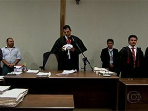 Jurados condenam 23 PMs por mortes no Carandiru em 1992 - Os sete jurados condenaram, na madrugada deste domingo (21), 23 policiais militares pela morte de 13 presos, em 1992, na Casa de Detenção do Carandiru, na Zona Norte de São Paulo. A pena é de 156 anos de prisão para cada réu.