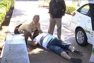 Paciente desmaia em porta de Cais de Goiânia e não é atendido - O caso aconteceu em frente a um Cais de Goiânia. Ninguém da emergência aparece para ajudá-lo. São outros moradores que ajudam a levar o homem para dentro da unidade.