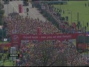 Maratona de Londres é marcada por clima de solidariedade - Os maratonistas percorreram as principais ruas de Londres com o pensamento em Boston. Londres reforçou a segurança para receber a tradicional maratona na região.