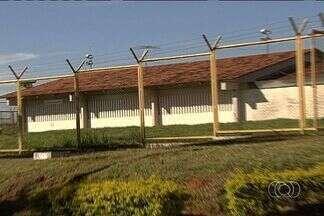 Após quase 18 horas, presos amotinados em presídio se entregam, em Goiás - Os três detentos amotinados na enfermaria do Complexo Prisional de Aparecida de Goiânia, na Região Metropolitana da capital, se entregaram no início da manhã de domingo (21).