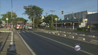 Trânsito flui bem na Avenida John Boyd Dunlop em Campinas - As condições do tráfego de veículos na Avenida John Boyd Dunlop, em que a circulação é em média de 50 mil veículos, flui sem congestionamento na manhã desta segunda-feira (22).