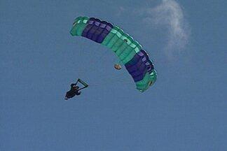 Torneio de paraquedismo alegrou o céu de João Pessoa neste domingo - Veja como foi o Torneio Tiradentes de Pouso de Precisão, que aconteceu no Aeroclube em João Pessoa.