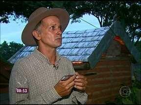 Conheça zelador que transformou sua casa em atração turística no interior de SP - Mineirinho, como é conhecido, também é famoso por adestrar galinhas-d'angola