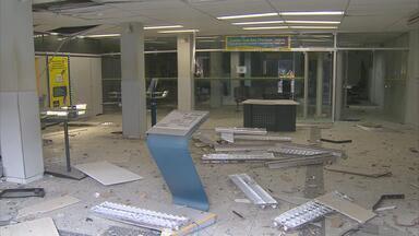 Bandidos explodem caixas eletrônicos de banco no Agreste de PE - Criminosos atacaram agência do Banco do Brasil de João Alfredo.