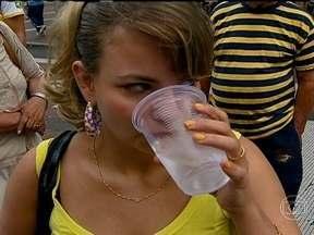 Desidratação causa cansaço - Para quem não gosta de tomar água, a dica é tomar água aromatizada. Outra opção é consumir frutas ricas em água. A fraqueza também pode ser sintoma de depressão e estresse.