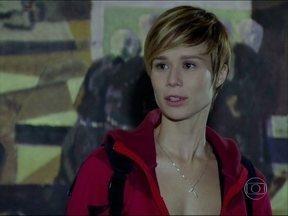 Novelão: Lara descobre que Flora é sua mãe biológica, em A Favorita - Na terceira parte do compacto, Donatela invade apartamento da rival e encontra dinheiro