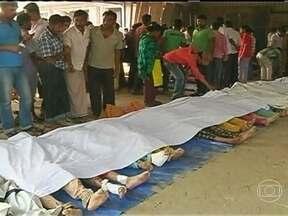 Desabamento de prédio mata mais de 140 pessoas em Bangladesh - No edifício, funcionavam cinco fábricas de roupas. Há relatos de que alguns funcionários avisaram que havia rachaduras no prédio, mas mesmo assim tiveram que continuar trabalhando.