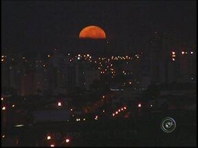 Noite de lua cheia chama a atenção dos moradores do noroeste paulista - A lua cheia chamou atenção de muita gente, durante a noite na região noroeste paulista. Ao amanhecer, ela continuava aparecendo. O calendário prevê período de lua cheia até o dia dois de maio, então a cena ainda deve se repetir nos próximos dias.