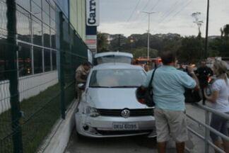 Motorista perde controle do carro e entra no acesso de pedestres em supermercado na PB - Acidente aconteceu no bairro dos Bancários, em João Pessoa. Mulher teve ferimentos leves e foi socorrida pelo Samu.