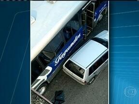 Acidente envolvendo cinco ônibus e dois carros deixa 27 feridos em Niterói - Na Alameda São Boaventura, em Niterói, um ônibus arrastou outros quatro ônibus e dois carros. Vinte e sete pessoas ficaram feridas. O trânsito chegou a ficar interrompido no local.