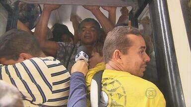 Passageiros enfrentam fila e empurra-empurra no Terminal Integrado da Macaxeira - Eles se queixam da falta de qualidade no transporte público.