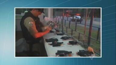Polícia Rodoviária Federal faz operação e apreende mais de 180 kg de crack em Cajati - Droga estava num teto falso de um carro. Além da droga, a polícia encontrou dez pistolas produzidas na Áustria e quinze carregadores