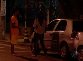 Motoristas são favoráveis a lei que regulamenta 'flanelinhas' em Salvador - Muitos condutores se dizem incomodados com a abordagem dos guardadores de carro e com a cobrança por estacionar em vias públicas.