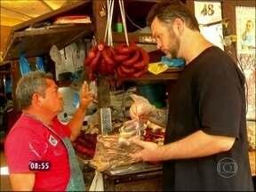 Tucupi, tacacá, jambu! Em Belém, ogro Jimmy visita Mercado 'Ver o Peso' - Sob chuva, cozinheiro prepara Peixe Preguiçoso com ingredientes típicos