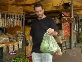 No mercado de Belém, Ogro Jimmy conhece comidas locais e faz suas compras - Jimmy comprou castanhas, temperos e jambú, erva típica da região
