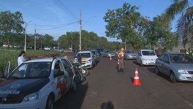 Acidentes atrapalham trânsito em cruzamento de avenidas em Ribeirão Preto, SP - Três pessoas tiveram ferimentos leves.