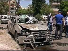 Primeiro-ministro da Síria escapa de atentado em Damasco - Uma bomba atingiu o comboio onde viajava o primeiro-ministro da Síria, Wael al-Halki. Apesar do estado do carro, o número dois do governo de Bashar al-Assad saiu andando. Um guarda costas dele teria morrido.