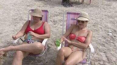 Pessoas aproveitam a praia durante o Dia do Trabalho - Com o sol e o tempo agradável, as pessoas aproveitaram o dia para ir a praia nesta quarta-feira (1), feriado do Dia do Trabalho.