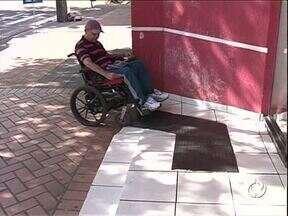 Maioria das rampas no centro de Cianorte está inadequada - Pessoas com deficiência têm dificuldade para andar pelas calçadas. Prefeitura diz que reconhece o problema.