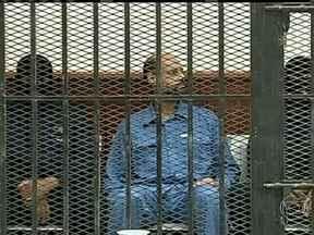 Juiz adia julgamento de filho de Kadhafi para setembro na Líbia - Seif Al-Isam, um dos filhos do ex-ditador da Líbia, Muamar Kadhafi, se apresentou num tribunal nesta quinta (02). Ele é acusado de trocar, com advogados, informações que colocam em risco a segurança da Líbia. O julgamento foi adiado para setembro.