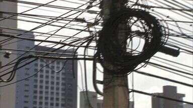 Fiação elétrica causa poluição visual em Fortaleza - Fiação também gerar perigo.