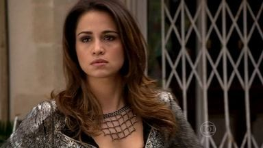 Morena vê Riva tirando fotos dela - Ela confronta a nova funcionária da boate e conta para Almir. Jô leva a gravação que fez para a polícia. Enquanto isso, Russo obriga as traficadas a limparem a boate