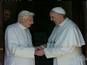 Papa Bento XVI volta ao Vaticano dois meses após sua renúncia - De helicóptero, o Papa Emérito deixou a residência de verão e foi recebido pelo Papa Francisco. Será um período inédito para para a Igreja: dois papas morando no Vaticano, um bem perto do outro.