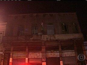 Corpo de Bombeiros controle incêndio no Centro - No Centro, o Corpo de Bombeiros conseguiu conter um princípio de incêndio em um antigo sobrado, onde funcionava uma loja. As chamas começaram na noite de quinta (2). Ainda não se sabe o que provocou o incêndio.
