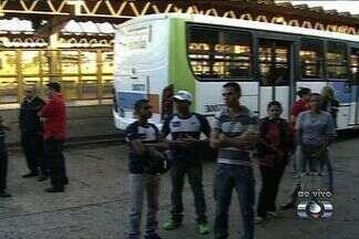Reunião sobre greve dos motoristas de ônibus acaba em tumulto, em Goiânia - Uma reunião na tarde de quinta-feira (2) para discutir os rumos da greve dos motoristas do transporte coletivo, em Goiânia, terminou em confusão. O encontro aconteceu na sede do Sindicato dos Trabalhadores em Transporte Rodoviário no Estado de Goiás.