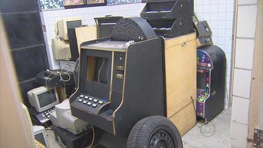 Polícia fecha casas clandestinas de jogos eletrônicos no Recife - Setenta máquinas caça-níqueis foram apreendidas e quatro pessoas foram presas. A investigação durou três meses.