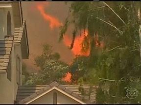 incêndio causa estragos na Califórnia - Um incêndio florestal forçou a retirada dos moradores de centenas de casas na califórnia, nos Estados Unidos. O fogo também ameaça uma universidade na região de Los Angeles.
