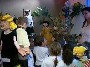 Companhia de Teatro monta museu de bonecos em Araraquara - Criada há 15 anos em Araraquara (SP), a Companhia de Teatro Polichinelo utiliza bonecos feitos com madeira e papel machê para contar histórias. Ao todo, são 94 que fizeram parte dos 14 espetáculos montados. Um programa imperdível para as crianças.