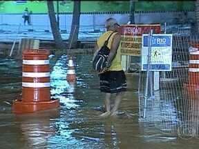 Tubulação da Cedae rompe em frente ao Maracanã - Uma tubulação de água da Cedae rompeu em frente ao Estádio do Maracanã, durante a madrugada de domingo (5). Um trecho da Avenida Radial Oeste ficou inundado.
