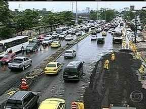 Rompimento de adutora e chuva forte deixam trânsito complicado em frente ao Maracanã - Uma adutora da Cedae rompeu na Radial Oeste, criando uma cratera na avenida. Quando o conserto ainda estava sendo finalizado, a chuva forte que caiu no Rio nesta segunda-feira (6) ainda piorou o problema.