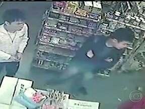Vítima reage a assalto e ladrão entra em estado de choque na China - Um ladrão chinês que tentou roubar uma loja com uma faca foi surpreendido com a reação da vítima. A dona reagiu e partiu para a briga com o bandido. O ladrão ficou parado em estado de choque até a polícia chegar.