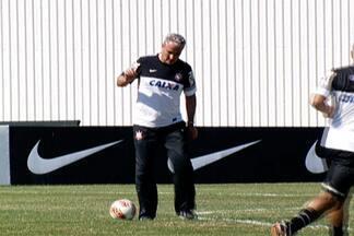 Tite cumpre promessa e joga pelada no CT com operários da Arena Corinthians - Ex-jogador, técnico do Timão mostra que ainda tem intimidade com a bola, mas time da comissão técnica perde por 3 a 1.