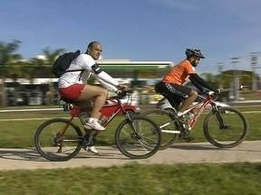 Ciclistas enfrentam trânsito e incentivam uso da bicicleta no DF - Ciclistas enfrentaram o trânsito para ir ao trabalho. Uma iniciativa do grupo Bike Anjo, que ocorreu em várias capitais do país. O objetivo é incentivar o uso da bicicleta como meio de transporte.