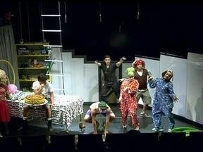 Distrito Federal recebe o Teatro acessível - O Teatro acessível é uma apresentação que além dos atores, tem a linguagem de sinais, fones de ouvido e legendas para o público que possui alguma deficiência.